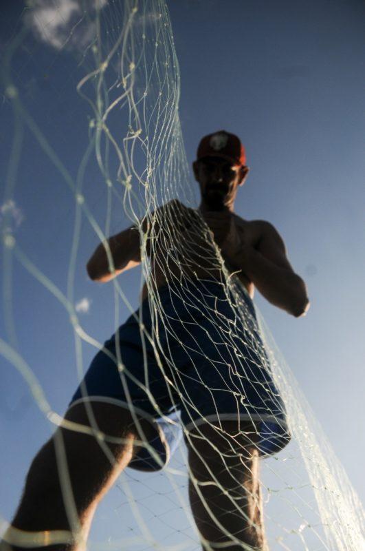 Adenir da Silva Junior tem 32 anos anos e pesca desde os 14 – Foto: Leo Munhoz/ND