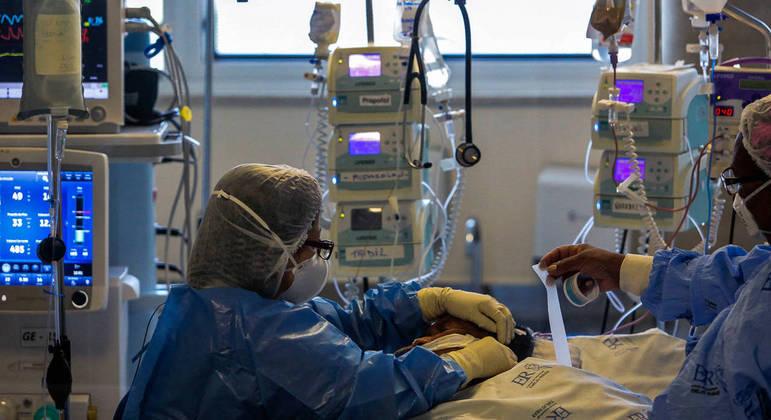 Reabilitação de pacientes em terapia intensiva é mais lenta. – Foto: Miguel Schincariol/AFP