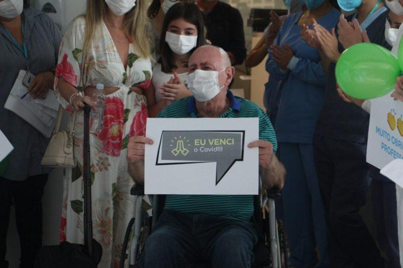 Professor de medicina foi aplaudido ao receber alta após internação por Covid-19 – Foto: Divulgação/Hospital Baía Sul