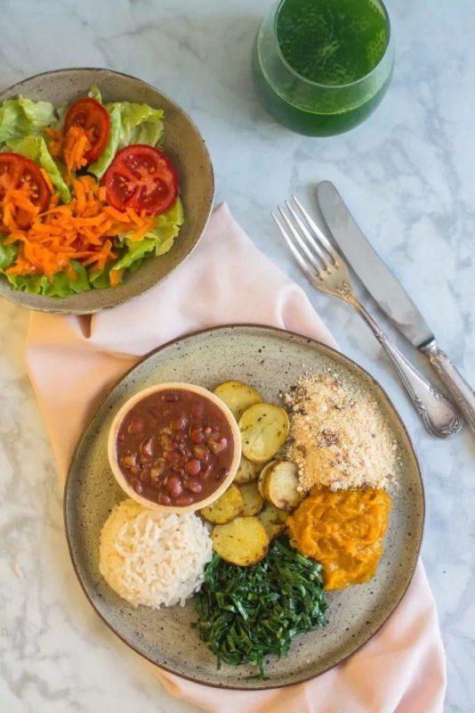 Um almoço completo, saudável que se encaixa num estilo de vida vegano.