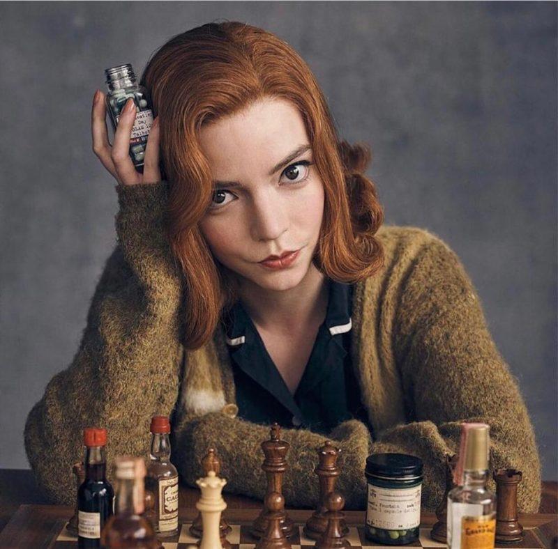 A atriz que tem seu cabelo natural na tonalidade loira, teve que mudar o visual para ruivo para ser a protagonista da série O Gambito da Rainha – Reprodução / Instagram Anya Taylor-Joy/ND
