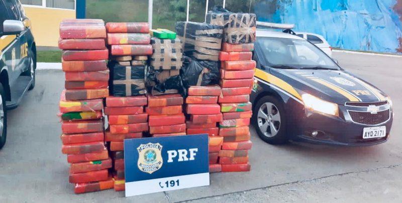 E já no fim do dia, a Polícia Rodoviária Federal apreendeu quase uma tonelada de maconha em Mafra, a maior apreensão em rodovias federais de SC neste ano. O prejuízo estimado ao crime é de R$ 1 milhão – Foto: PRF/Divulgação