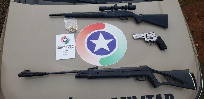 Rifles e munições foram encontrados na casa; o homem foi detido para prestar explicações à polícia – Foto: Polícia Militar/Divulgação