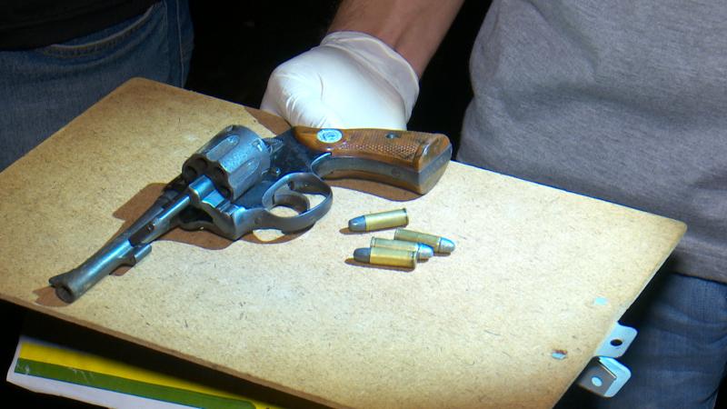 Um dos suspeitos foi encontrado com duas armas pela polícia – Foto: Ricardo Alves/NDTV