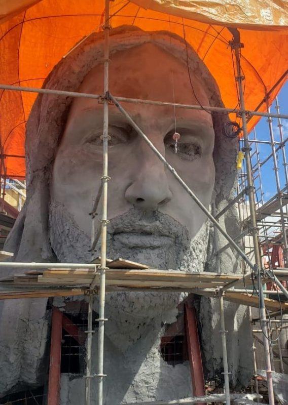 O escultor ainda terá 4 meses para fazer toda a roupagem do Cristo. – Foto: Associação Amigos de Cristo/Divulgação/ND