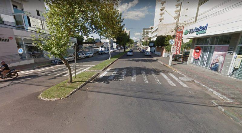 Mulher de 52 anos foi atropelada na faixa de pedestre no Centro de Chapecó – Foto: Google Street/Divulgação/ND