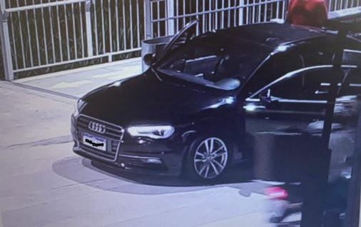 Quatro pessoas em um Audi preto provocaram momentos de pânico na Ponte Hercílio Luz, na noite de sábado (10) – Foto: Reprodução/NDTV