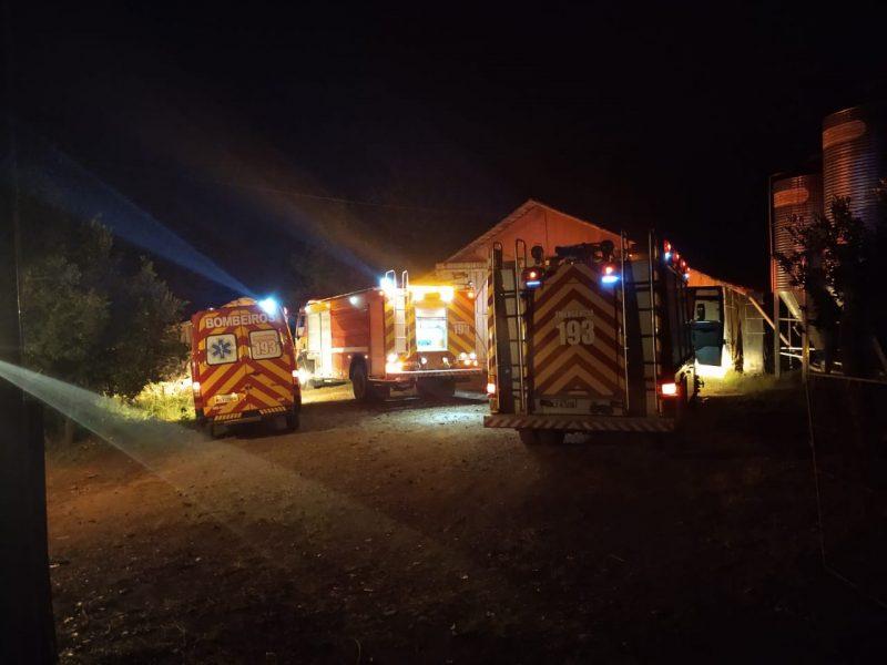 Incêndio na fornalha do aviário foi controlado pelos bombeiros nesta madrugada de sexta-feira (2) – Foto: Corpo de Bombeiros/Divulgação