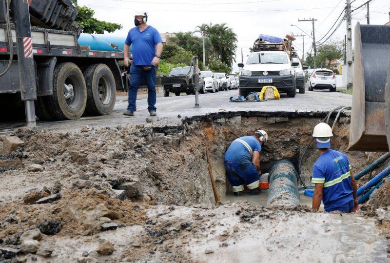 Equipes já atuam no local para conter o vazamento – Foto: Prefeitura de Joinville/Divulgação
