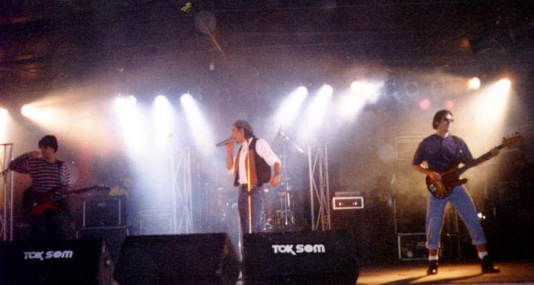 Os shows sob a chuva, que deveria atrapalhar o Skol Rock na sua terceira edição (1996) tinham efeito contrário. Ao invés de fugir, o público que ia a Prainha sob chuva improvisava uma nova diversão: fez do talude de grama um escorregador natural. Saíam todos sujos, embarrados. O Bíquini Cavadão (foto) foi mais um dos destaques do Skol Rock em Blumenau - Marcos Roberto Antunes Mateus/Arquivo Pessoal