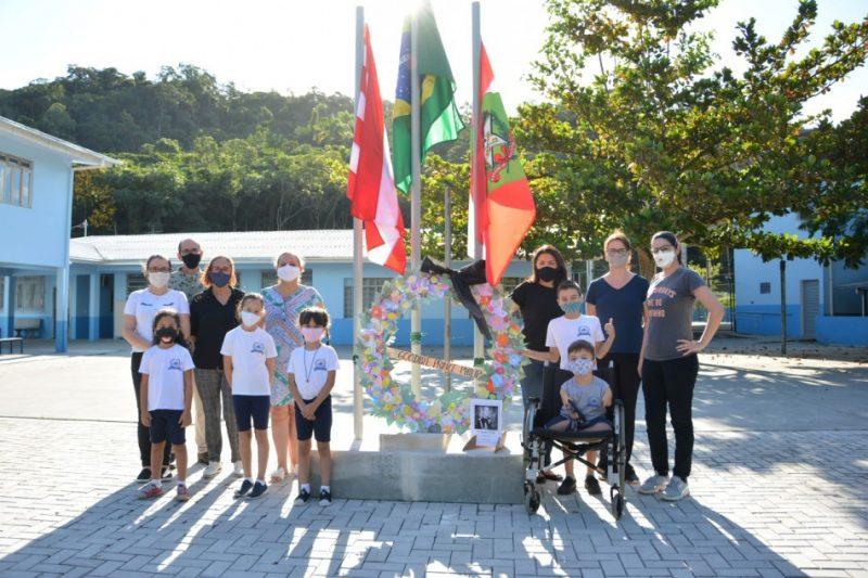 Os alunos das escolas bilingues de Blumenau prestaram homenagens ao príncipe Philip Mountbatten, marido da rainha Elizabeth II, que morreu nesta sexta-feira (9) – Foto: Michele Lamin/Divulgação/Prefeitura de Blumenau