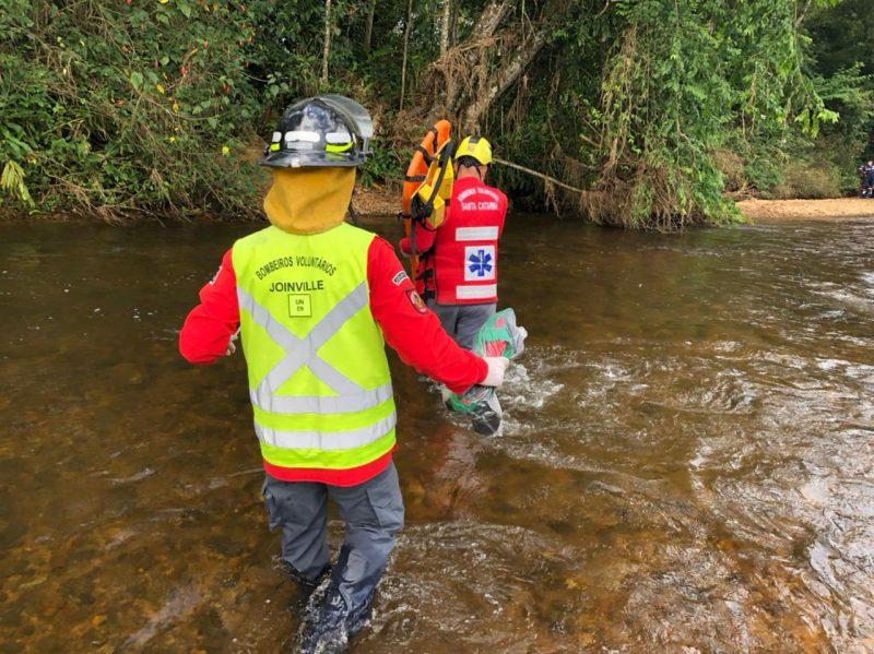 bombeiros com equipamentos de resgate