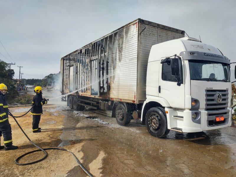 Incêndio teria iniciado após caminhão atingir fiação elétrica – Foto: Corpo de Bombeiros Militar/Divulgação