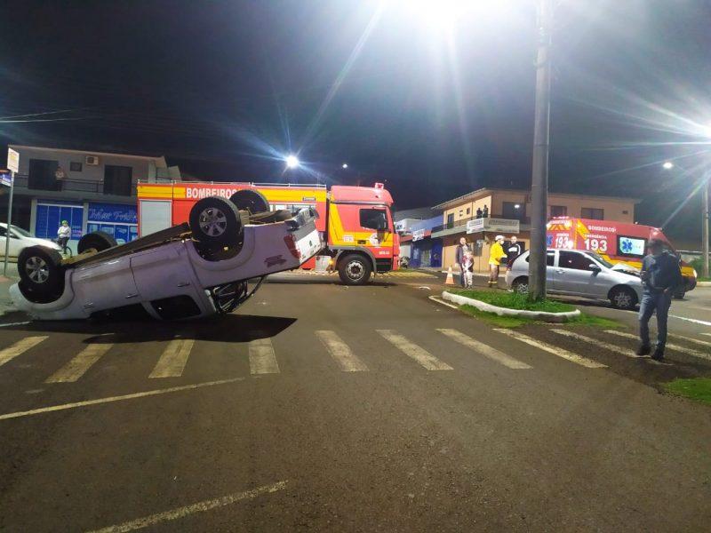 Caminhonete ficou com o rodado para cima após acidente no Centro de São Lourenço do Oeste – Foto: Corpo de Bombeiros/Divulgação