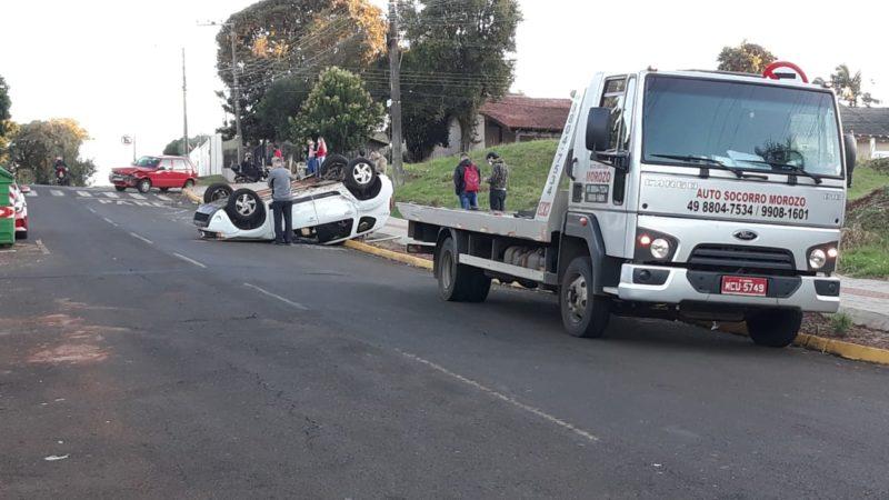 Carros foram guinchados por conta dos danos causados de média monta – Foto: capotamento de carro em chapecó (1)