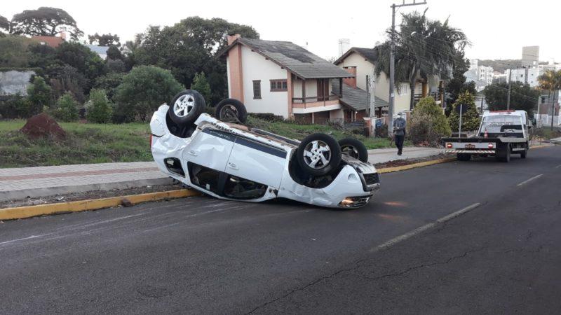 Renault Duster ficou com o rodado para cima após bater em um Fiat Uno – Foto: Diego Antunes/NDTV