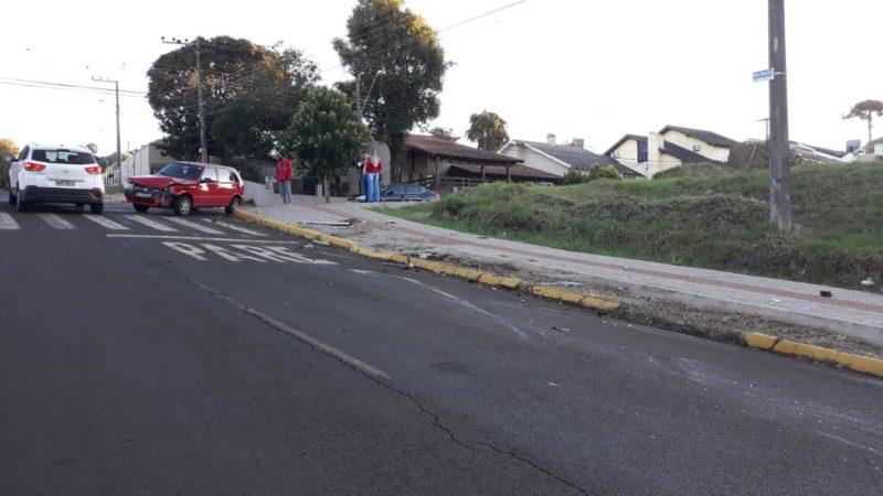 Motorista do Fiat Uno deslocava para o trabalho quando foi surpreendida pelo motorista do outro carro – Foto: capotamento de carro em chapecó (3)