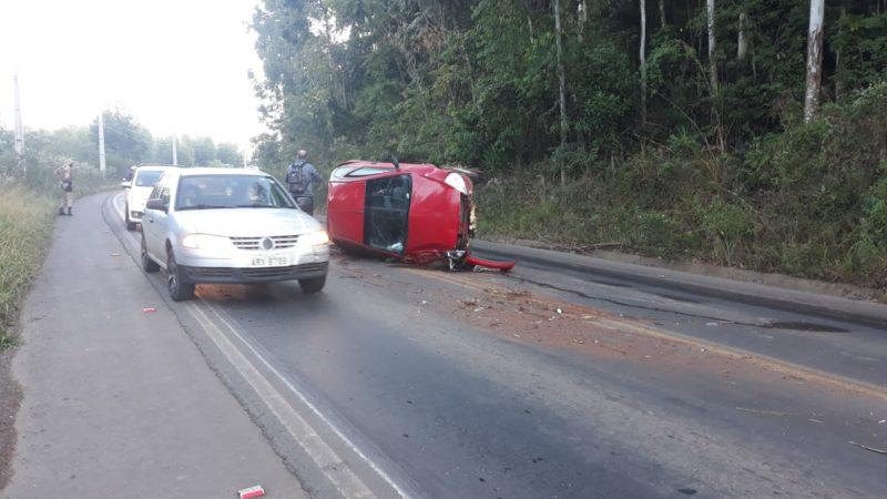 Motorista capota carro após desviar de pedra no meio da rodovia – Foto: Diego Antunes/NDTV