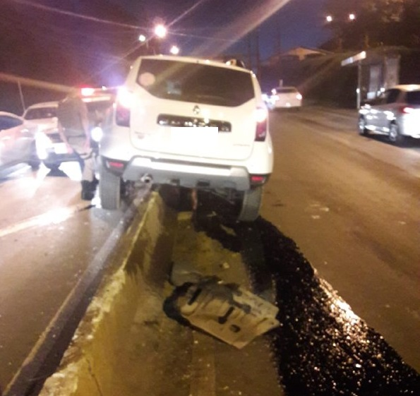 Condutora perdeu o controle da direção e bateu o carro na mureta que divide as duas pistas – Foto: Corpo de Bombeiros/Divulgação ND