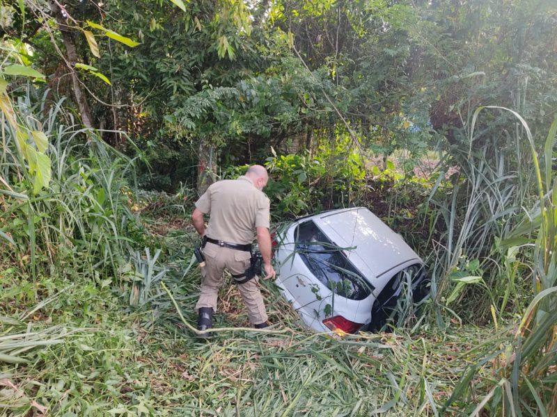 Suspeito tentou fugir, mas acabou batendo o carro e caiu em uma ribanceira – Foto: Dani Lando/NDTV
