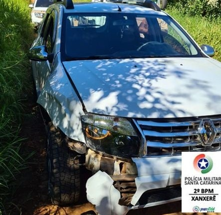 Polícia Militar aborda motorista após ele tentar fugir com placas clonadas de Renault/Duster – Foto: PM Xanxerê/Divulgação