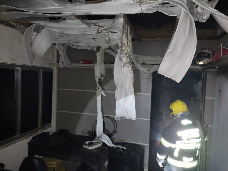 Incêndio destruiu cômodo de 10m² de ferro velho. – Foto: CBM Blumenau/ND