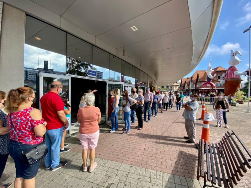 Central de Vacinação em Blumenau registra aglomeração nesta segunda-feira (5) – Foto: Moisés Stuker/NDTV