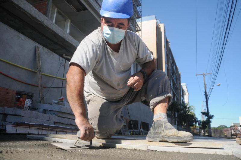 Cesanir Medeiros trabalha como pedreiro há 19 anos – Foto: Leo Munhoz/ND