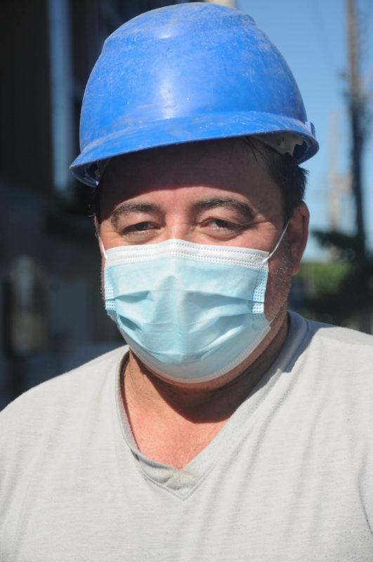 O uso de máscara passou a acompanhar Cesanir no trabalho, durante a pandemia de Covid-19 – Foto: Leo Munhoz/ND