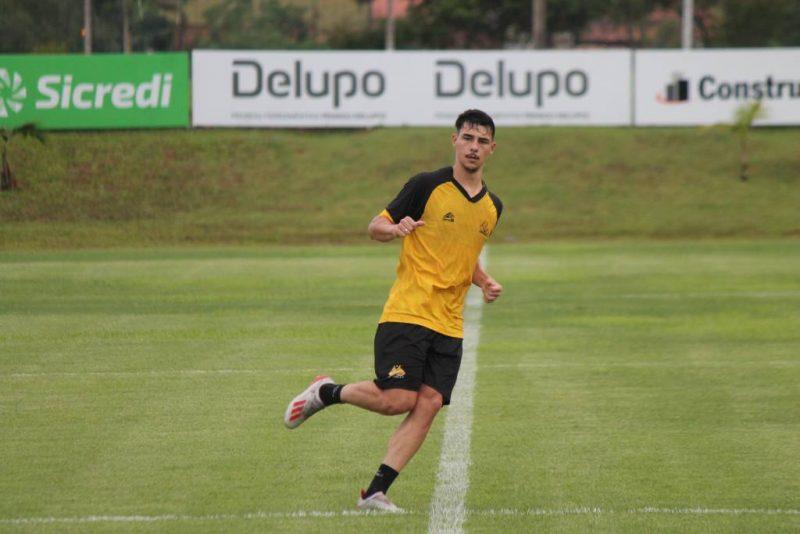 Claudinho durante treino do Tigre