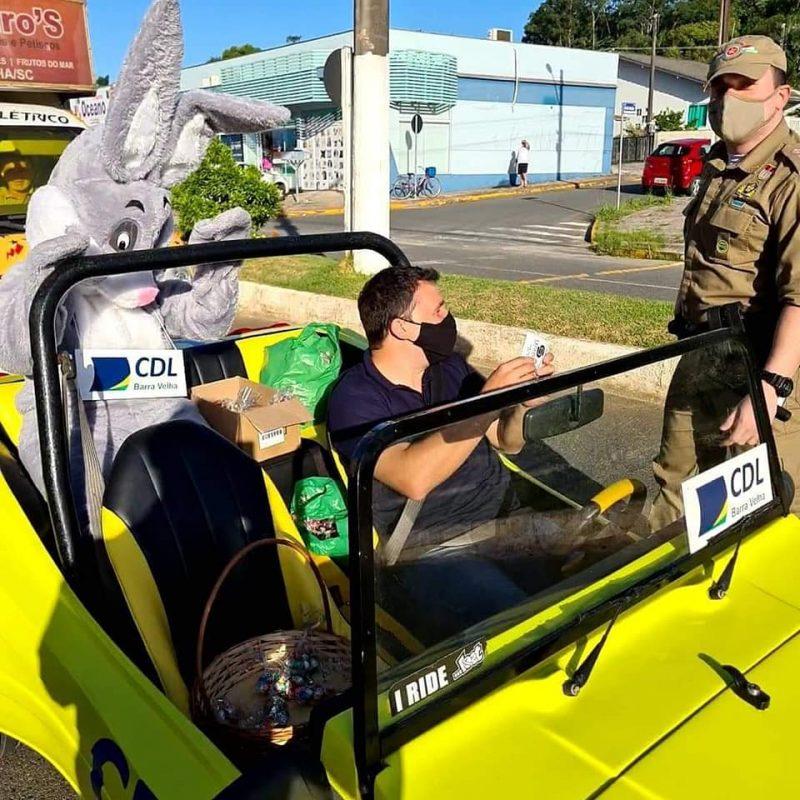 Coelhinho da Páscoa foi parado pela polícia em Barra Velha – Foto: PM/Divulgação