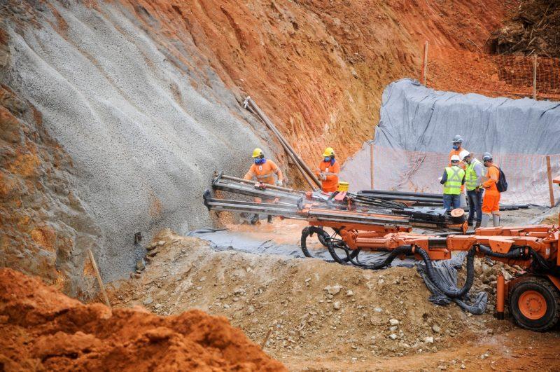 Equipamento responsável por fazer o emboque e dar início a abertura do buraco para o túnel. – Foto: Leo Munhoz/ND