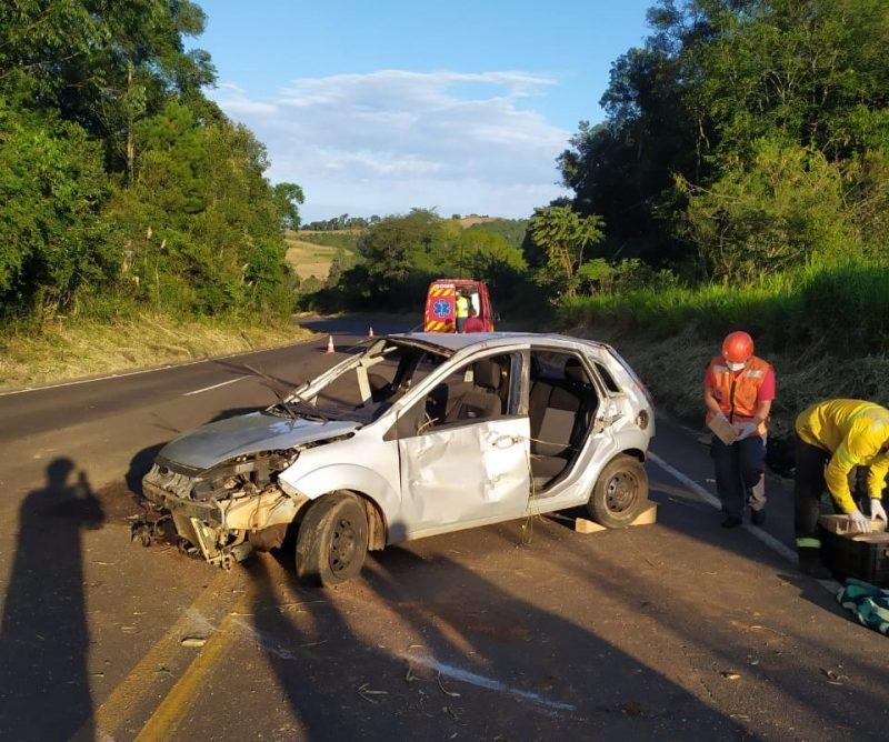 Três pessoas estavam no carro, sendo dois adultos e uma criança de quatro anos. – Foto: Corpo de Bombeiros/Divulgação/ND