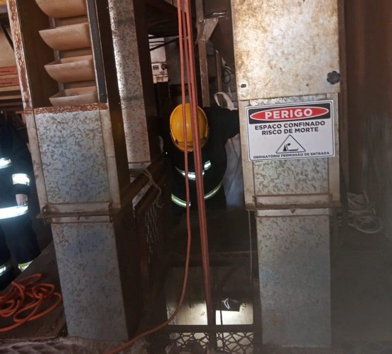 Socorrista desceu ao fundo do fosso para resgatar o trabalhador. – Foto: Corpo de Bombeiros/Divulgação/ND
