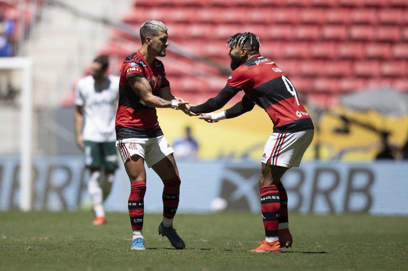 Gabriel Barbosa e De Arrascaeta comemoram o segundo gol da equipe carioca. - Lucas Figueiredo/CBF/ND
