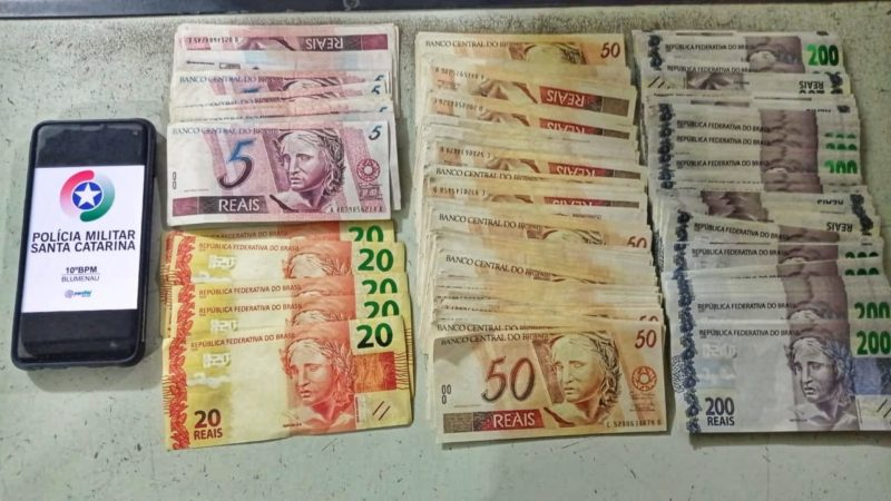 Dinheiro falso foi encontrado escondido na cueca de dois adolescentes – Foto: Divulgação/Polícia Militar