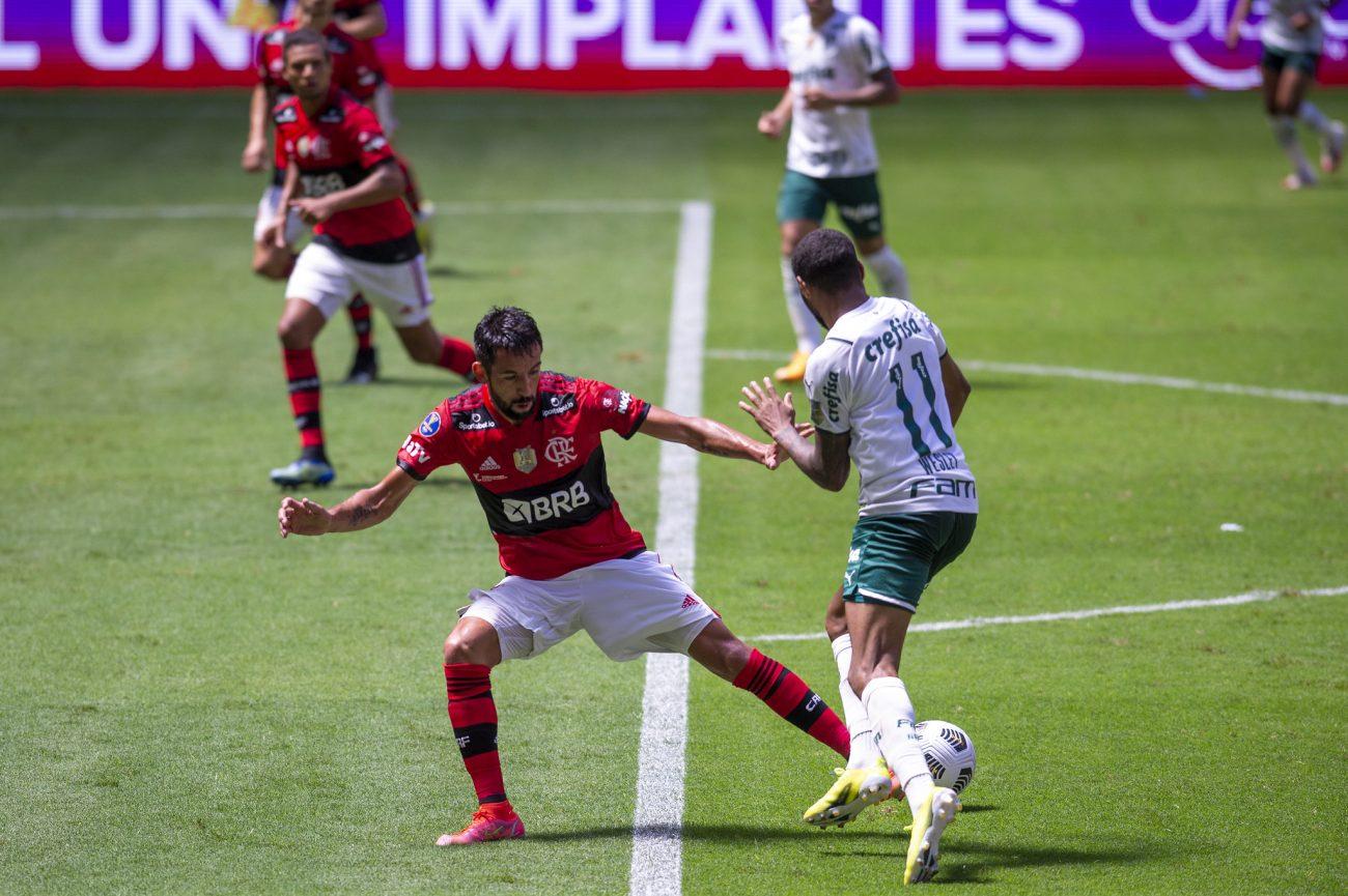 Jogadores disputam bola. - Marcelo Cortes/Flamengo/ND