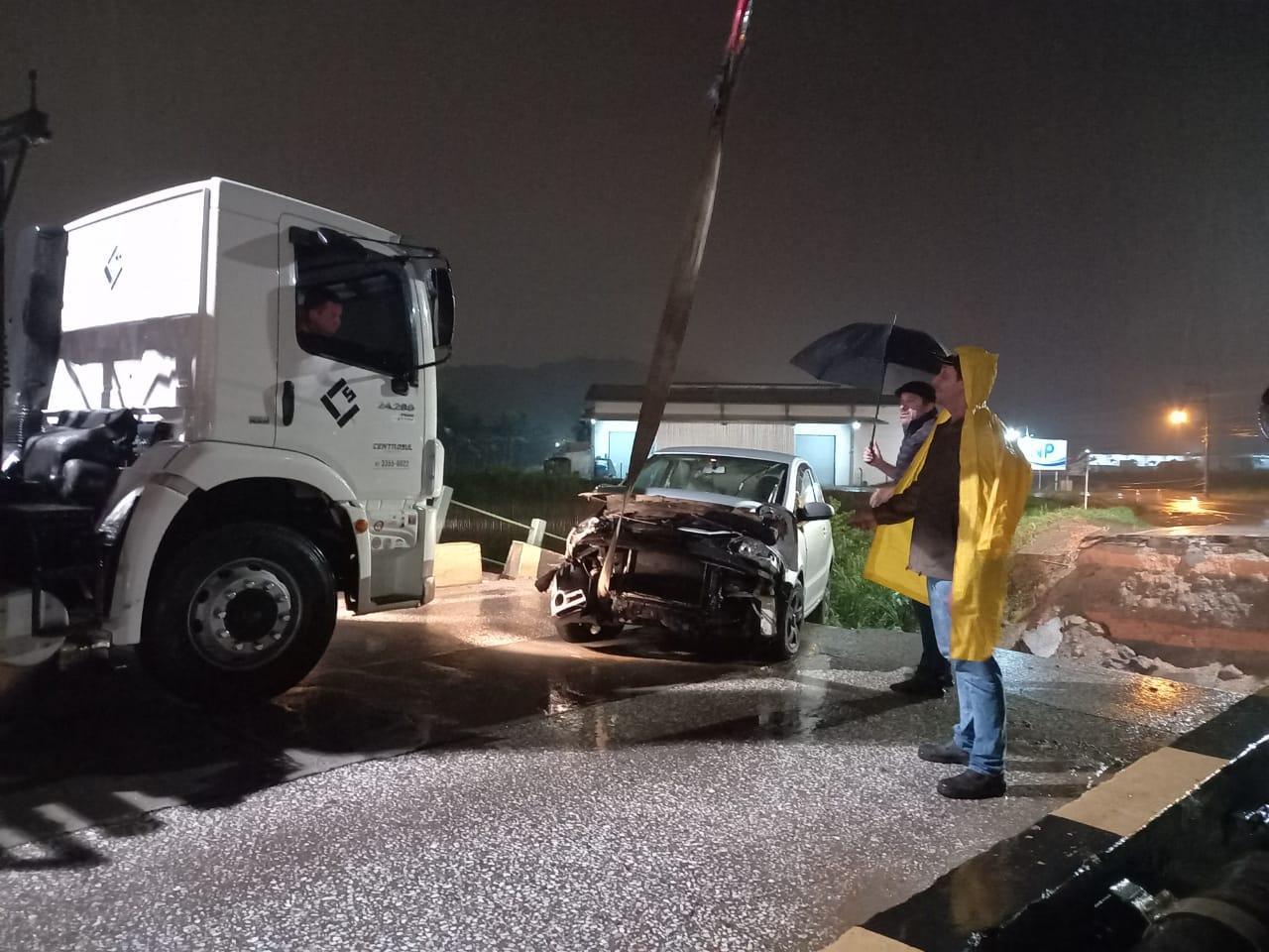 Três carros foram atingidos no momento da queda da cabeceira - Divulgação/ND
