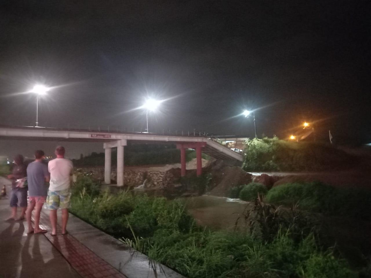 Uma adutora que passa pela ponte rompeu e abastecimento de água na região pode ser afetado - Divulgação/ND