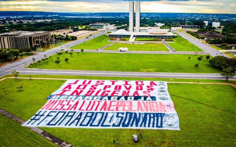 Dia do Índio: Esplanada dos Ministérios amanheceu com faixa pedindo justiça aos índios – Foto: Divulgação/Caio Mota/Apib/ND