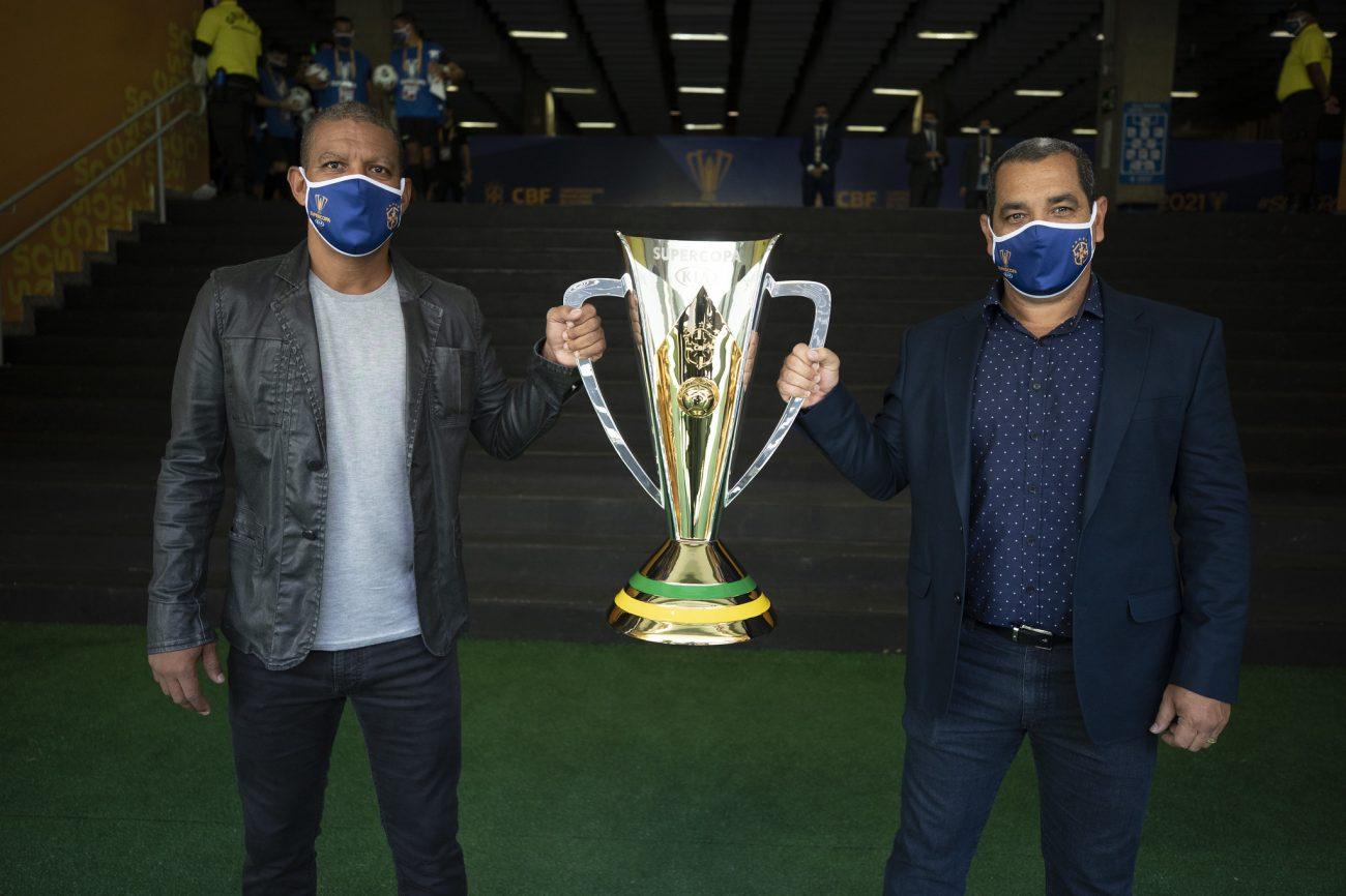 Djalminha e Zinho apresentam a taça. - Lucas Figueiredo/CBF/ND