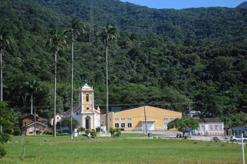 Na Enseada, apenas um campo de vegetação separa a igreja do mar