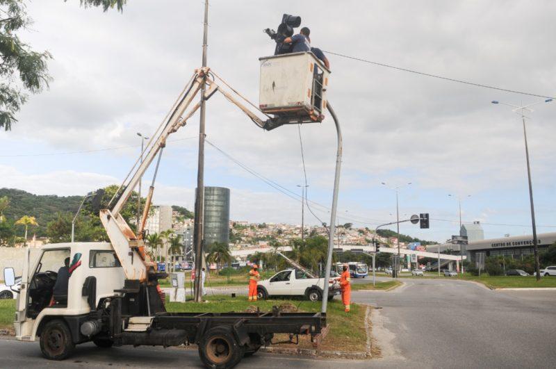 Equipamento de elevação usado no ajuste da fiação dos semáforos