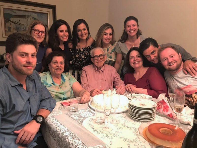 Mô Kotzias à mesa com os pais, Eudoquia Fermanes Kotzias e Miguel Anastácio Kotzias, e demais familiares – Foto: Divulgação/ND