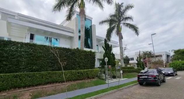 Fachada da mansão onde Polícia Civil cumpriu mandado de busca e apreensão na manhã desta quarta (14), em Jurerê Internacional – Foto: Reprodução/Polícia Civil/ND