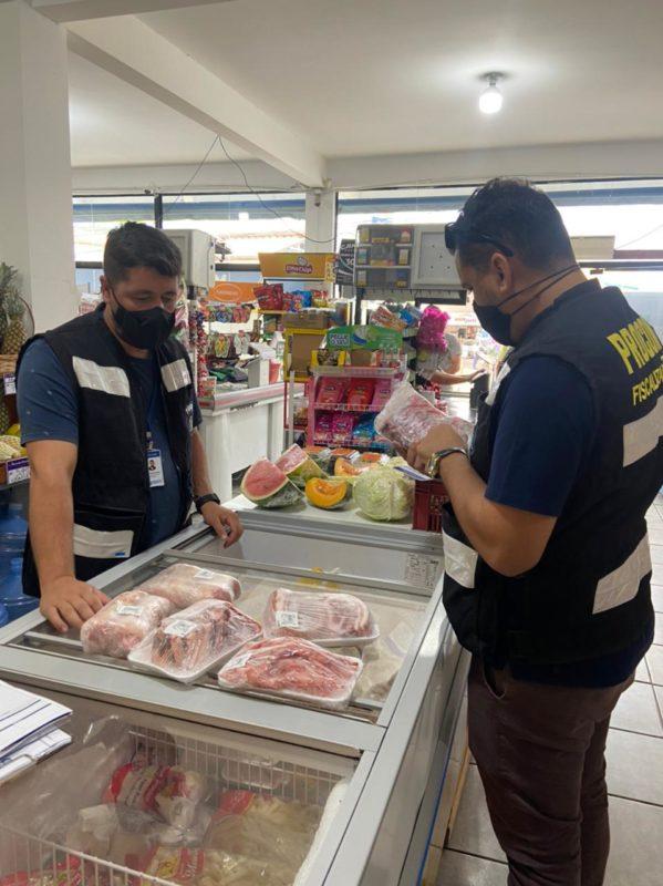 Procon apreendeu 17kg de carnes em supermercado no Norte da Ilha – Foto: Divulgação/PMF