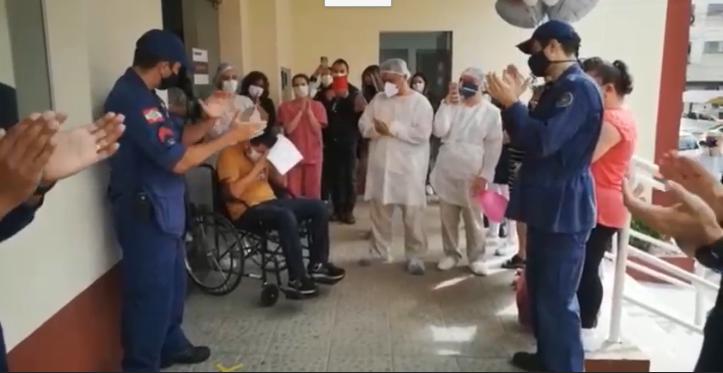 Cabo do CBMSC é aplaudido ao deixar hospital, em Lages – Foto: Foto: Reprodução vídeo