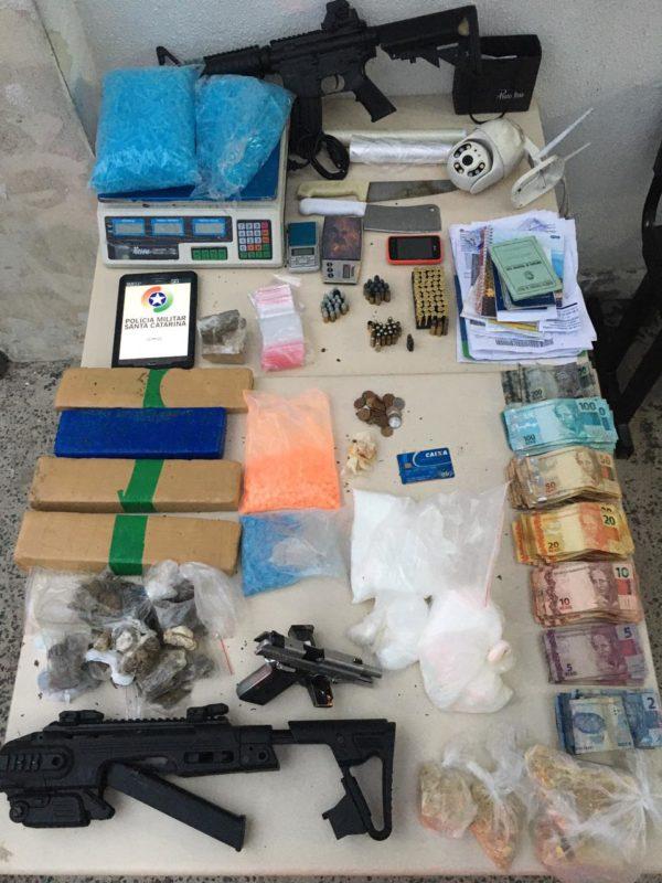 Drogas, munições e a réplica de uma metralhadora foram apreendidas com o suspeito – Foto: Polícia Militar/Divulgação