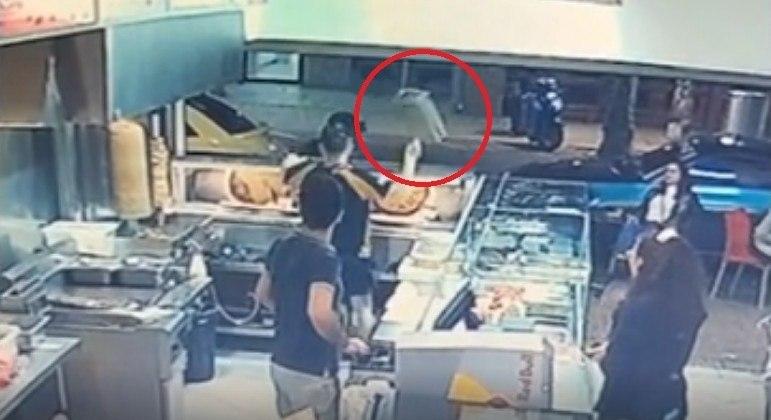 Funcionário de kebaberia golpeou mão-leve com fritadeira e impediu um furto de pizza – Foto: Reprodução/TikTok/Jamil.Choral