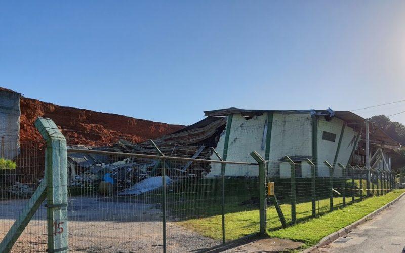 Parte de galpão ficou destruída após deslizamento – Foto: CBMSC/Divulgação/ND